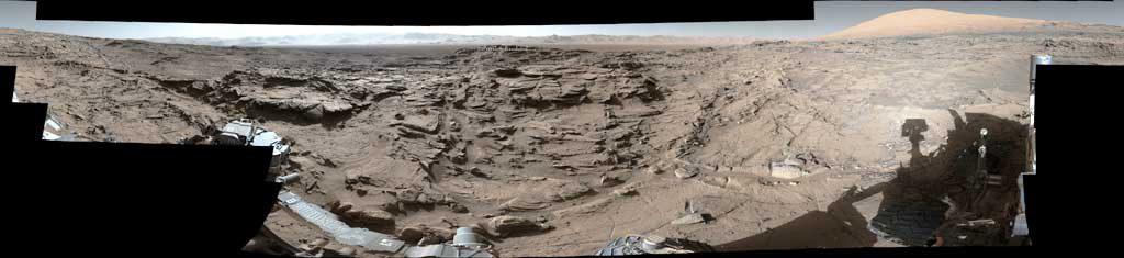 Вездеход-Curiosity-успешно-пересекает-каменистое-плато.