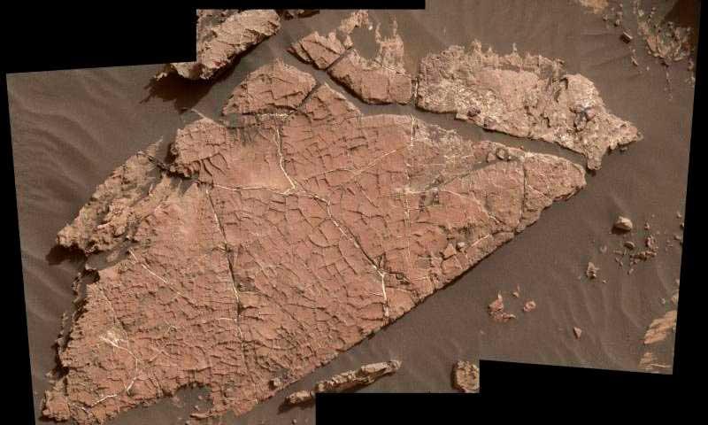 Curiosity исследует грязевые трещины